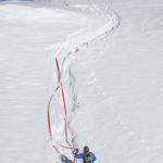 Mit find---me nach Sturz nie mehr Ski im Tiefschnee suchen. Sicherer als ein Fangriemen. Ski einfach runterziehen
